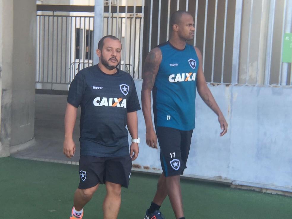 Airton aperece no campo com o fisioterapeuta do Botafogo (Foto: Felippe Costa)