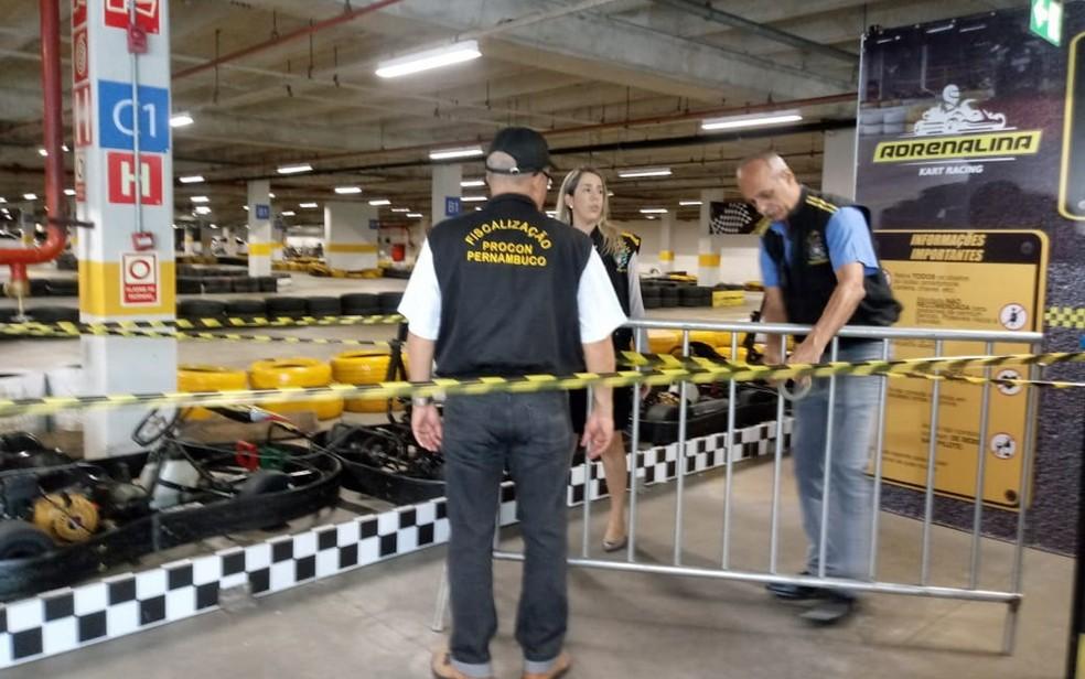 Procon interditou pista de kart onde Débora Dantas de Oliveira teve couro cabeludo arrancado em Recife — Foto: Procon/Divulgação