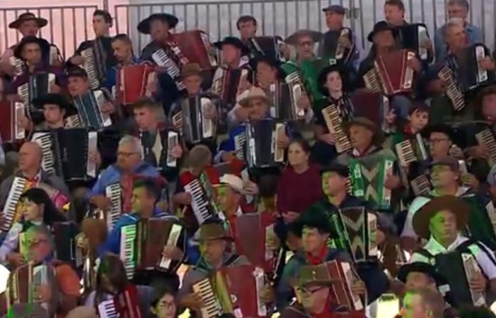 Centenas de músicos se reuniram para celebrar o instrumento símbolo da música gaúcha (Foto: Reprodução/RBS TV)