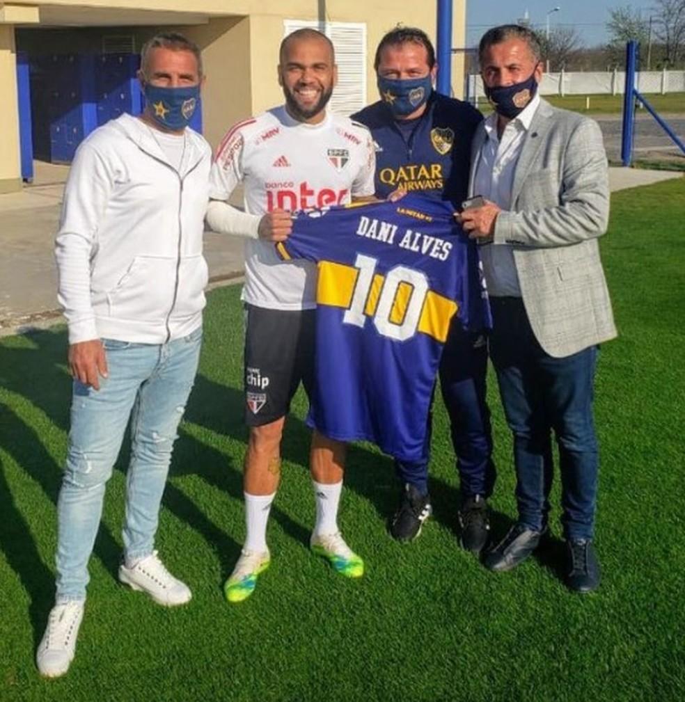 Daniel Alves, do São Paulo, recebe camisa do Boca com seu nome — Foto: Reprodução