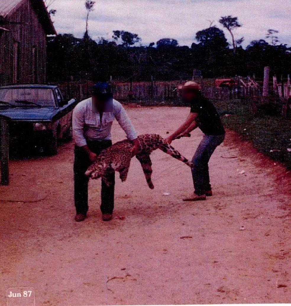 Em imagem de 1987, investigados aparecem segurando onça pintada morta  — Foto: Divulgação/Ministério Público Federal do Acre