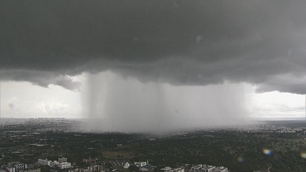 Globocop mostra chuva atingindo área concentrada em Brasília (Foto: TV Globo/Reprodução)