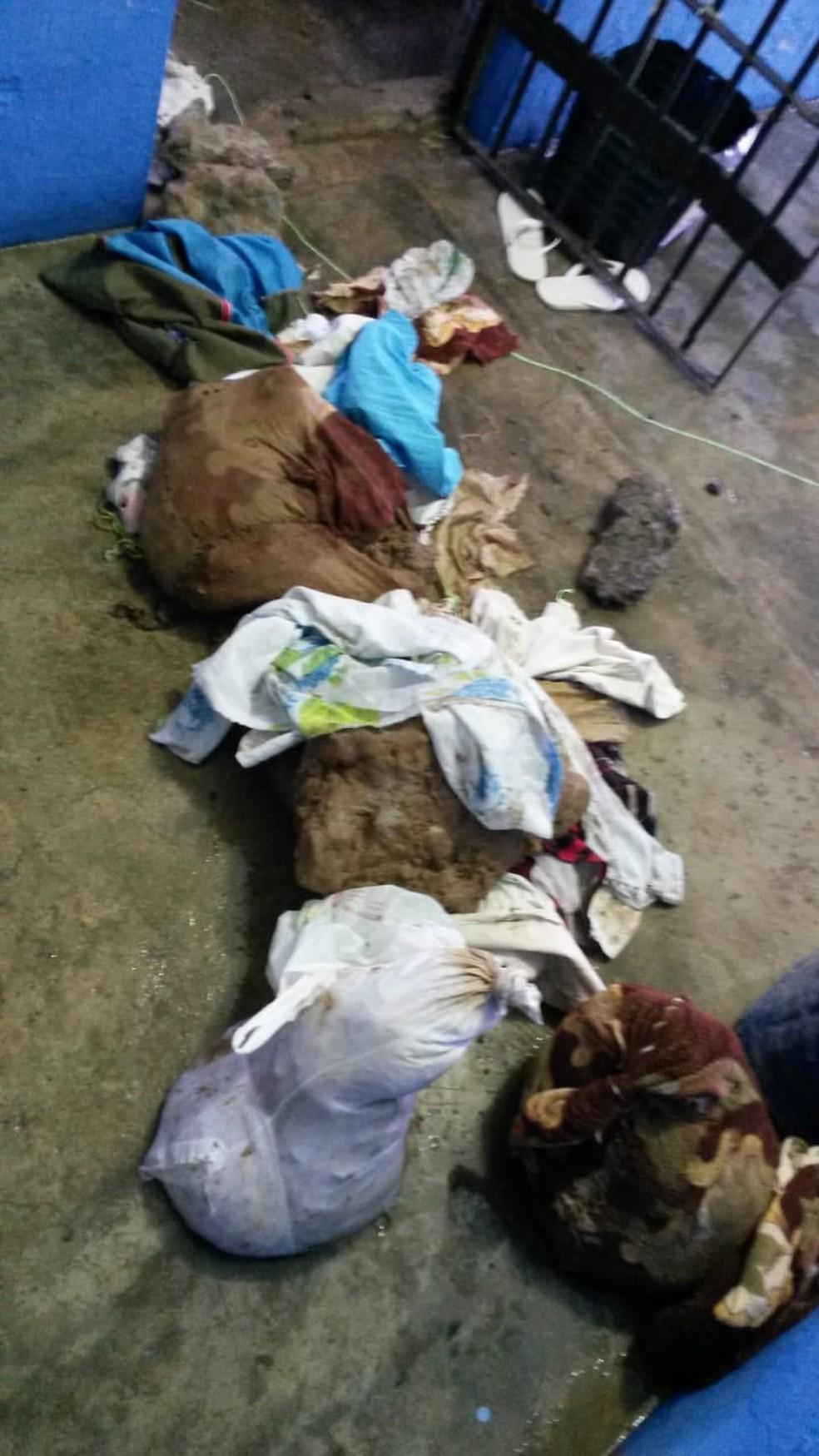 Terra escavada era escondida em lençóis — Foto: Gape/Assessoria/Divulgação