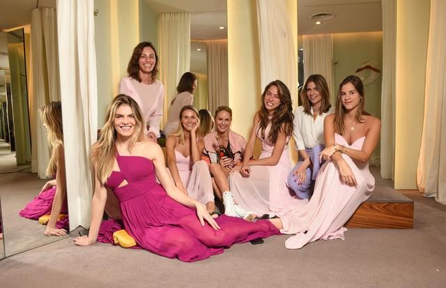 As madrinhas durante a prova final dos vestidos assinados pela Printing (Foto: divulgação/ Lu Prezia)