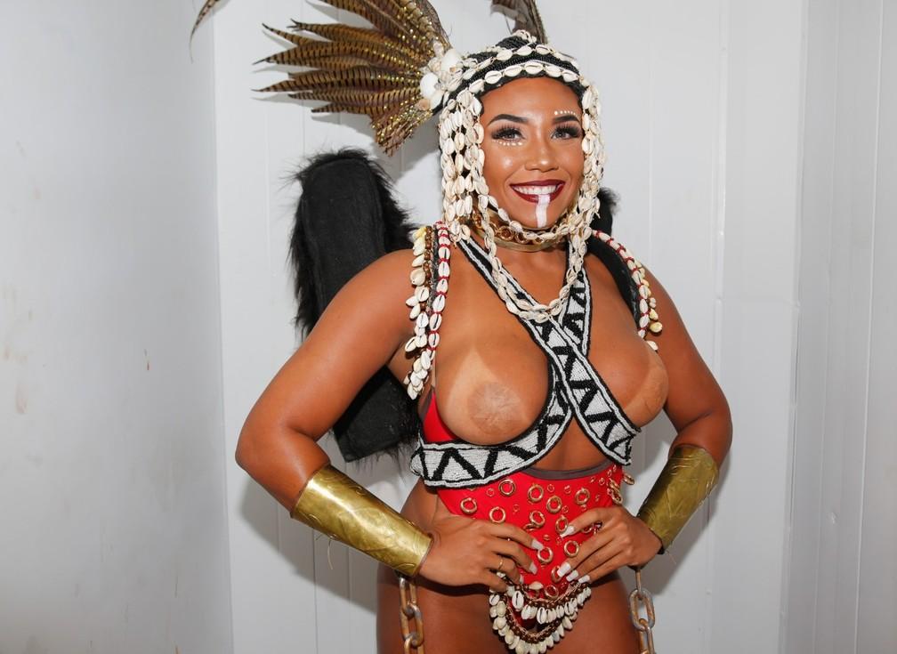 Evelyn Bastos, rainha de bateria da Mangueira, se prepara para o desfile na Sapucaí — Foto: Marcos Serra Lima/G1