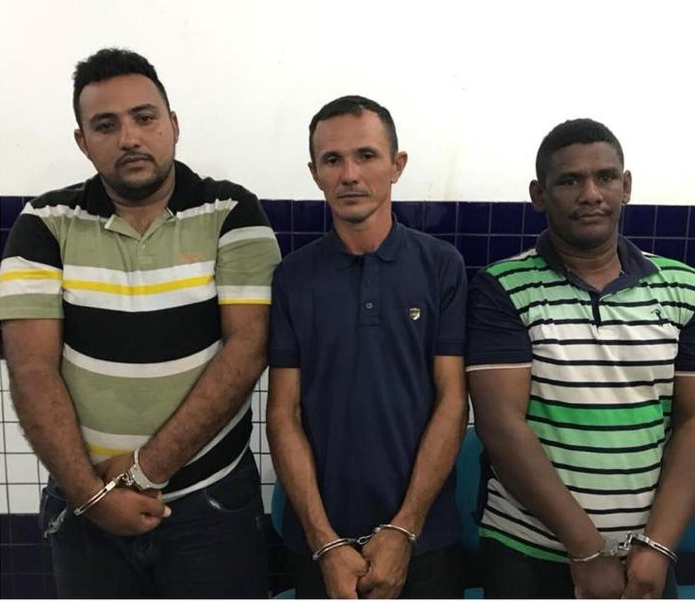 Onésio Pontes Pereira, José Ribamar Gomes Martins Filho e Lindiomar Gaspar Gomes foram presos por porte ilegal de arma — Foto: Divulgação/Polícia Militar