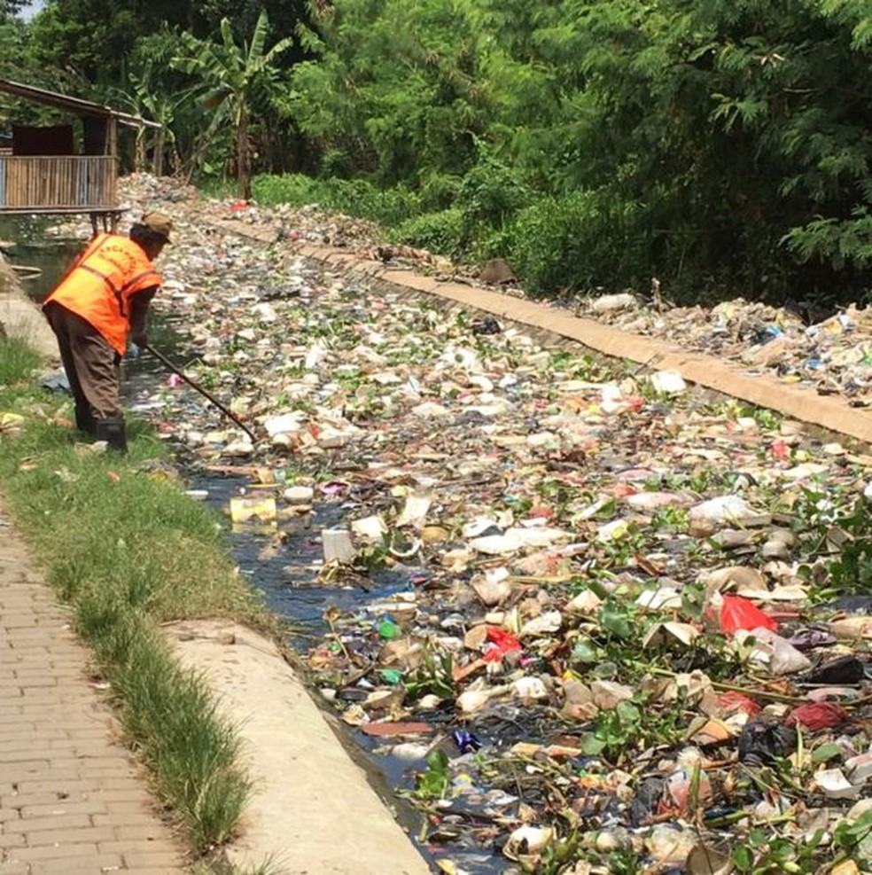 Quilos de lixo plástico entopem rio em Bandung, Indonésia (Foto: BBC)