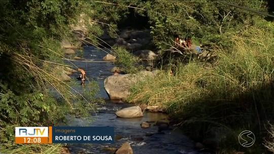 Mato alto é cartão de visita em cachoeira de Itatiaia