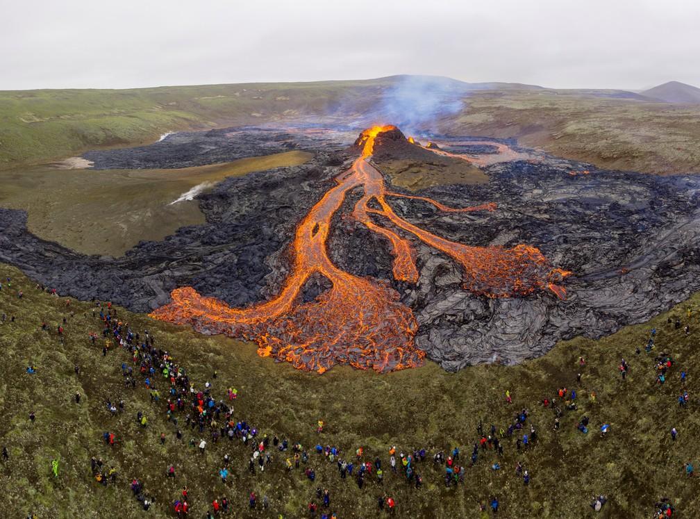 Vista aérea do domingo (21) do vulcão Fagradalsfjall, na Península de Reykjanes, na Islândia — Foto: Cat Gundry-Beck/Reuters