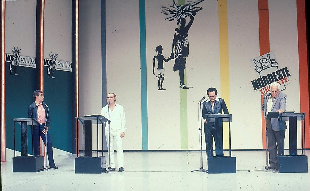 Renato Aragão e Lúcio Mauro em participação na campanha 'Nordestinos - O Brasil em Busca de Soluções', em 1983 — Foto: Acervo TV Globo