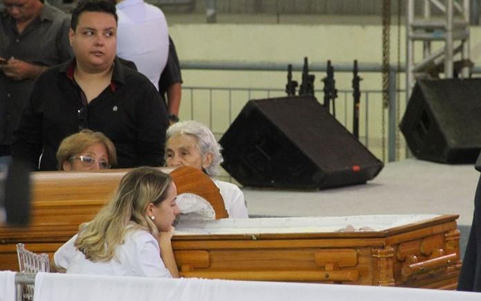 Karoline Calheiros, namorada de Gabriel Diniz, observa o corpo do cantor no caixão durante velório nesta terça-feira (28) em João Pessoa — Foto: André Resende/G1