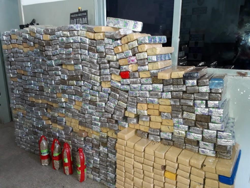 Algumas garrafas com sementes de maconha também foram apreendidas — Foto: Emerson Sanchez/TV Centro América