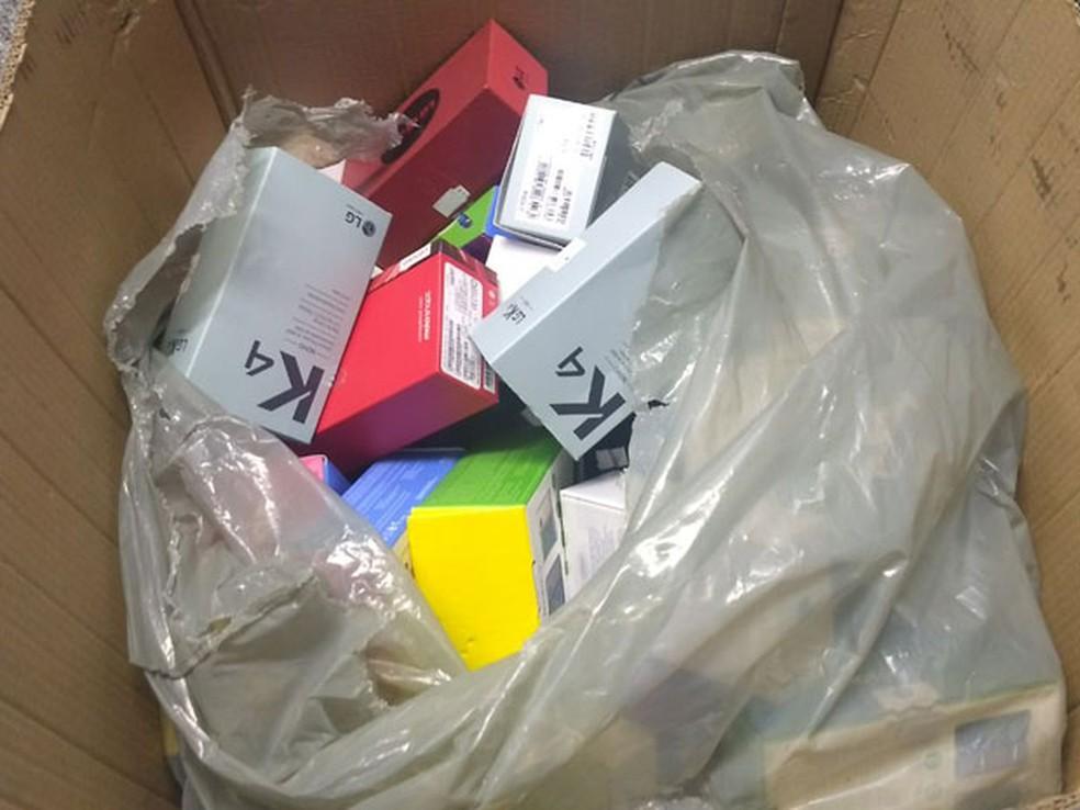 Celulares que foram roubados por adolescentes em loja de shopping de Brasília (Foto: Marília Marques/G1)