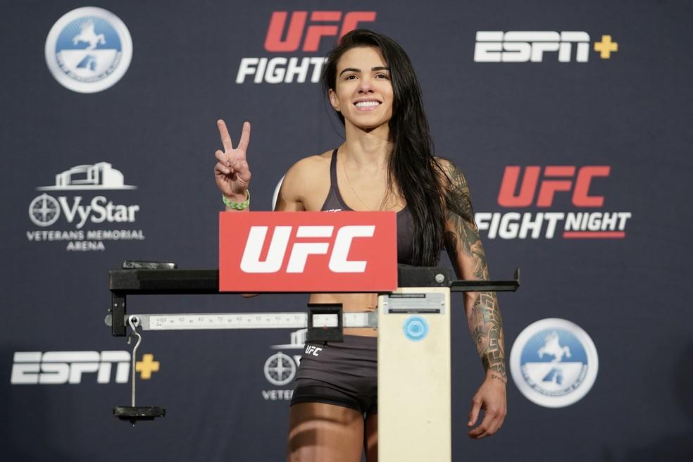 Cláudia Gadelha bateu o peso sem problemas na pesagem do UFC: Overeem x Harris — Foto: Getty Images