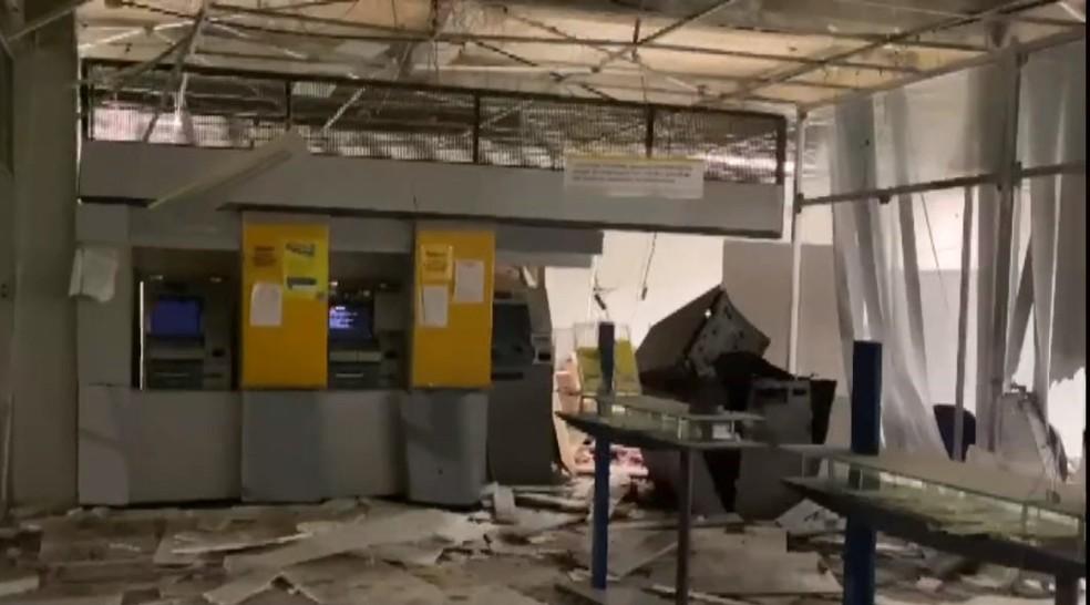 Grupo armado faz reféns e explode agência bancária em Ubaíra, na Bahia — Foto: Reprodução/TV Bahia