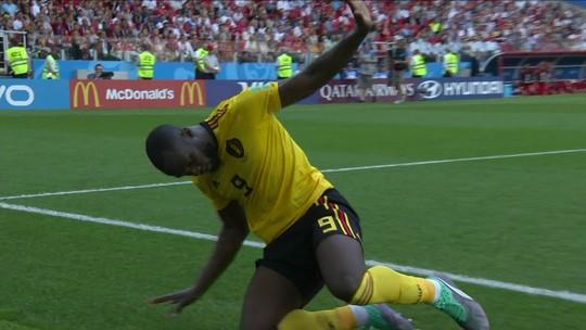 Vídeo: Lukaku dribla o goleiro, cai na área e... Diz que não foi pênalti
