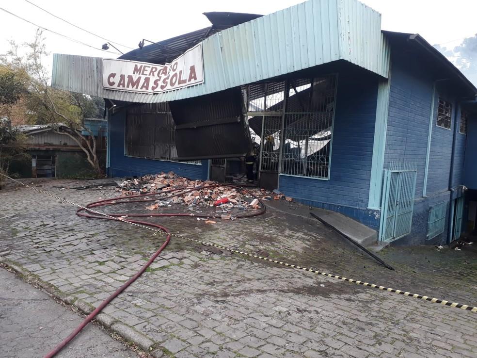 Mercado ficou totalmente destruído após ser atingido pelas chamas — Foto: Corpo de Bombeiros/Divulgação