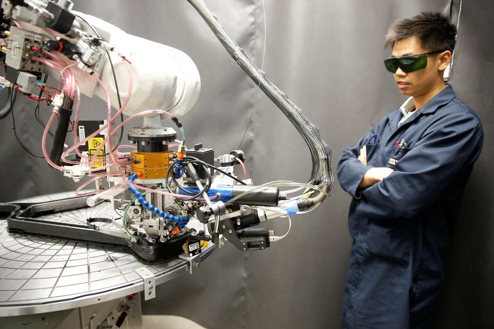 Engenheiro da Arevo Labs, startup que usa impressoras 3D para fazer bicicletas de fibra de carbono. (Foto: Stephen Lam/Reuters)
