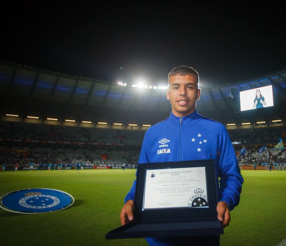 Popó recebeu placa por 100 gols marcados na base (Foto: Vinnicius Silva/Cruzeiro)