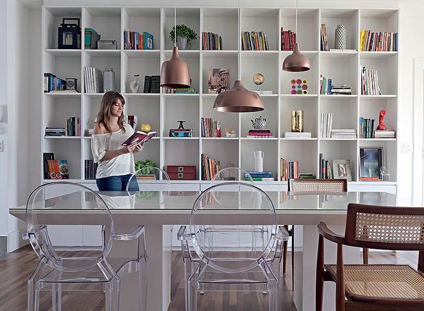 Estante projetada pela arquiteta Gabriela Marques. Repleta de nichos, organiza livros, revistas, objetos de decoração e porta-retratos (Foto: Lilian Knobel/Casa e Jardim)