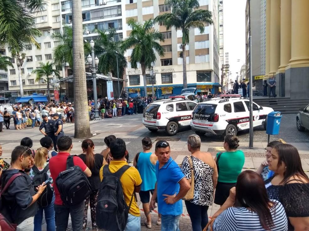 Carros da perícia ao lado da Catedral, em Campinas — Foto: Fernando Evans / G1