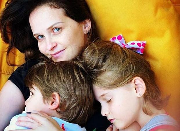 Fernanda Rodrigues e os filhos em momento relax  (Foto: Reprodução/Instagram)