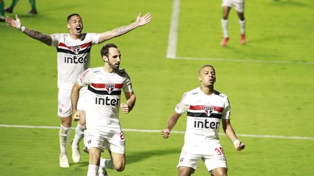 Luciano, Juanfran e Brenner comemoram gol do São Paulo