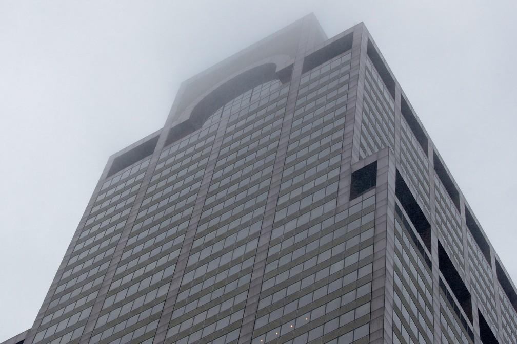 Edifício em Nova York onde helicóptero sofreu acidente nesta segunda-feira (10) — Foto: Brendan McDermid/Reuters