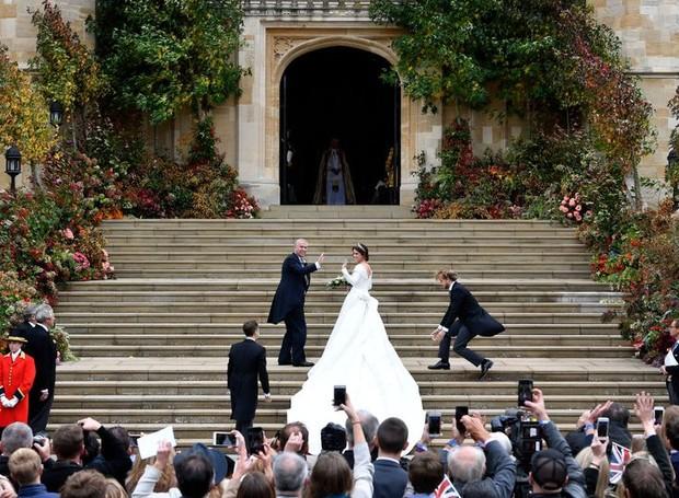 Laranja, vermelho, vinho, roso e rosa coloriam a entrada da princesa no casamento (Foto: Getty Images/ Reprodução)