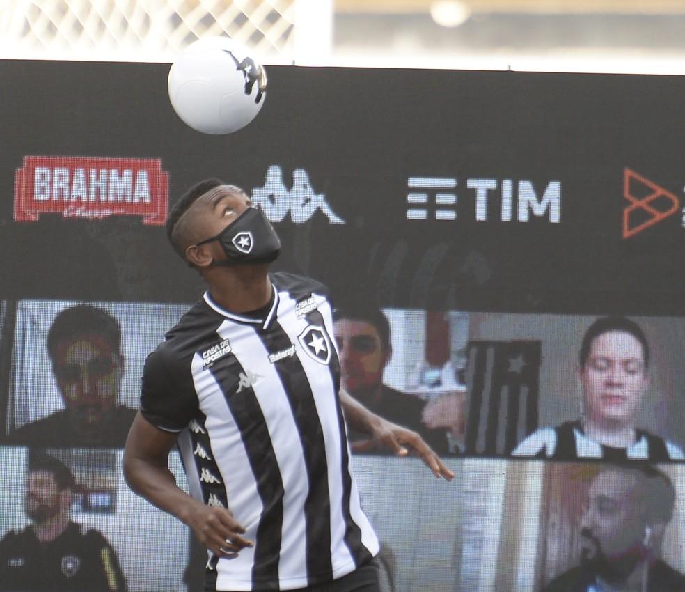 Kalou foi apresentado no Botafogo em coletiva virtual  — Foto: André Durão
