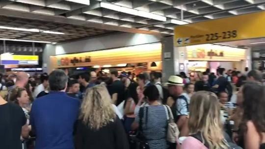 Passageiros enfrentam filas e atrasos no aeroporto de Guarulhos
