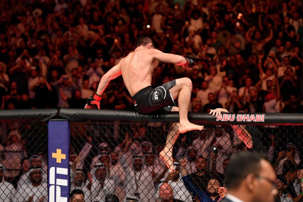 Khabib Nurmagomedov pula a cerca do octógono para celebrar a vitória no UFC 242 â?? Foto: Getty Images
