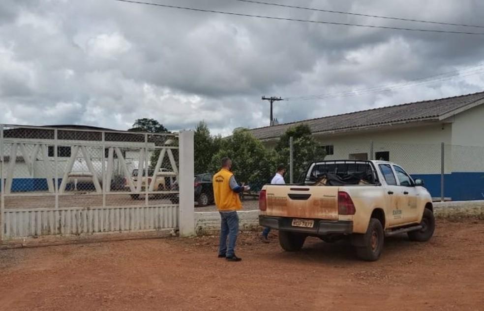 Agentes da Idaron apreendem carga de queijo em laticínio de Candeias — Foto: Reprodução