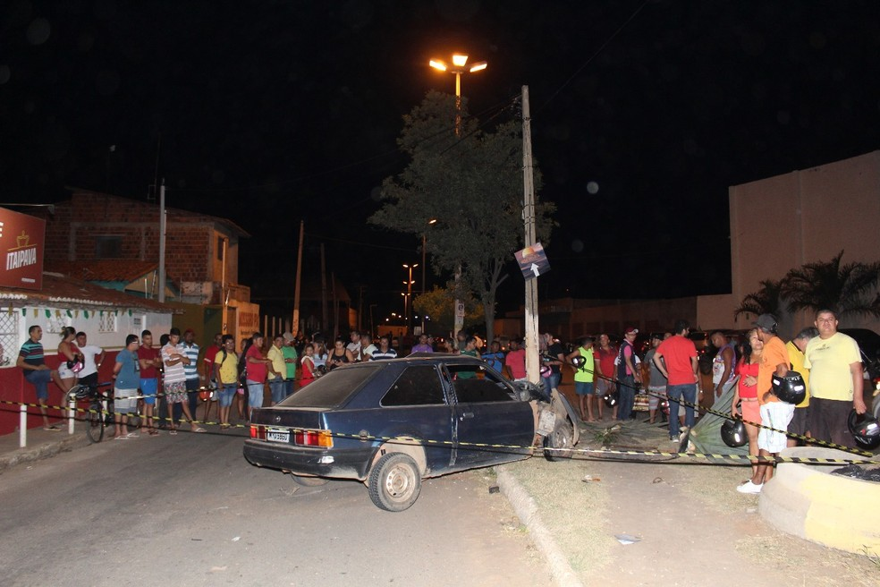 Após ser baleado, William Pablo da Silva, de 23 anos, perdeu o controle do veículo, bateu em uma árvore e poste e morreu no local.  (Foto: Marcelino Neto/O Câmera )