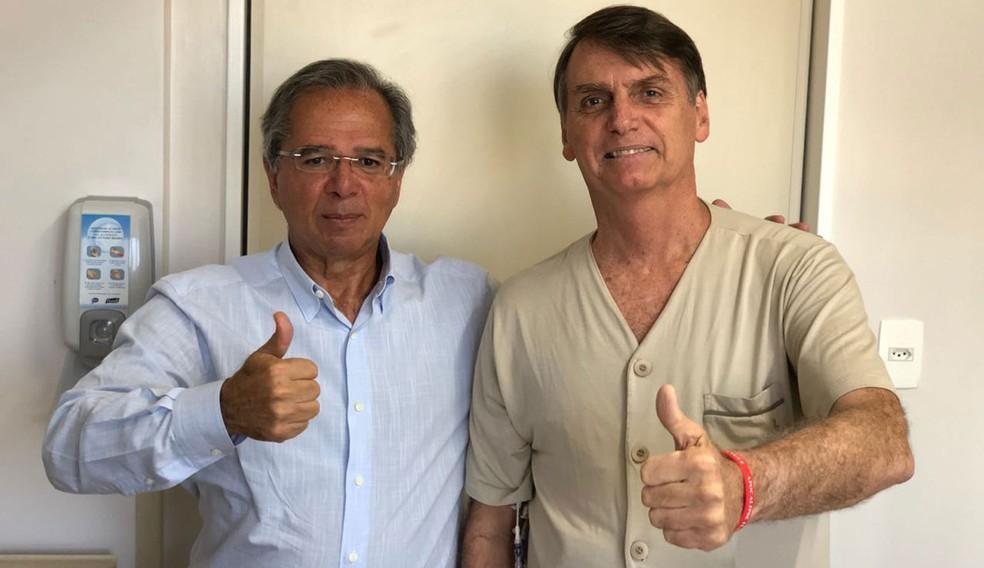 Guedes em visita a Bolsonaro no hospital, quando o presidenciável ainda se encontrava internado em razão da facada que recebeu durante um ato de campanha — Foto: Arquivo pessoal