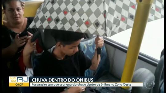 Passageira usa guarda-chuva para se proteger de goteira dentro de ônibus no Rio