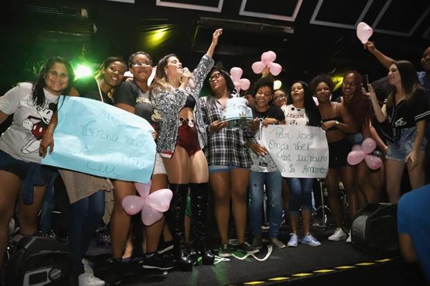 Mari Antunes com fãs no palco (Foto: Renata Casali/Divulgação)