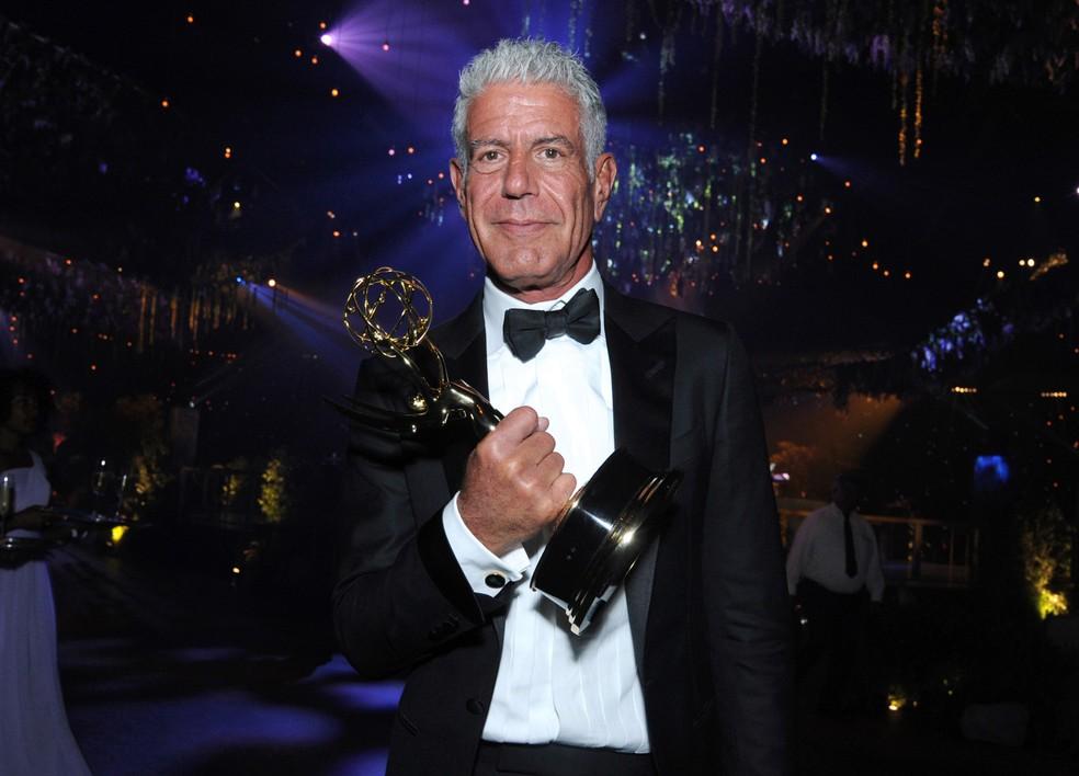 Anthony Bourdain posa com o troféu pela série 'Parts Unknown' durante a premiação do Creative Arts Emmy em Los Angeles, nos EUA, em setembro de 2016 (Foto: Richard Shotwell/Invision/AP/Arquivo)