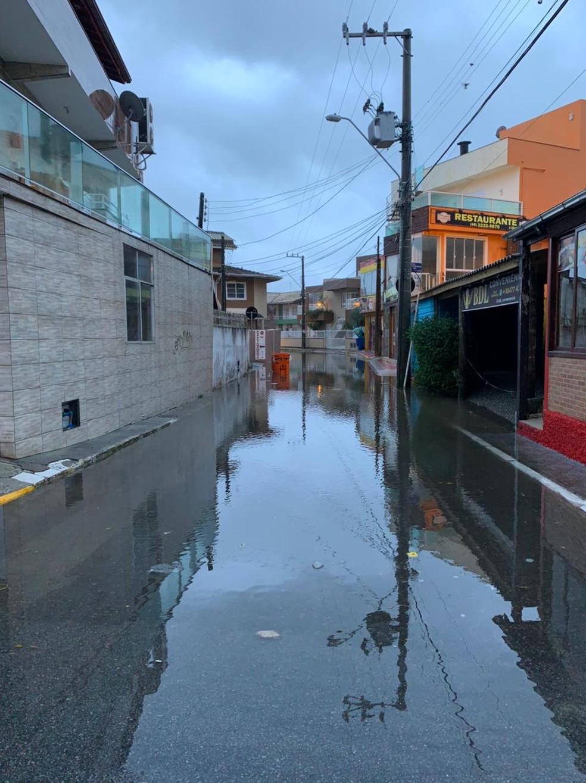Chuva deixou ruas com pontos de alagamento no bairro Barra da Lagoa, em Florianópolis — Foto: Mateus Castro/ NSC TV