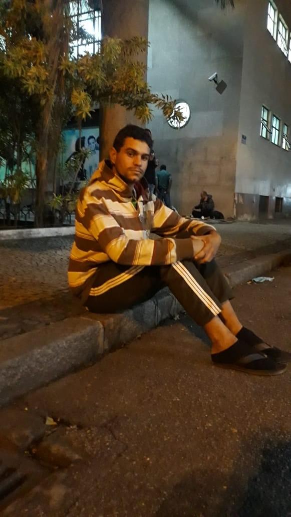 Fernando dorme, tem um ano, em frente à Defensoria pública
