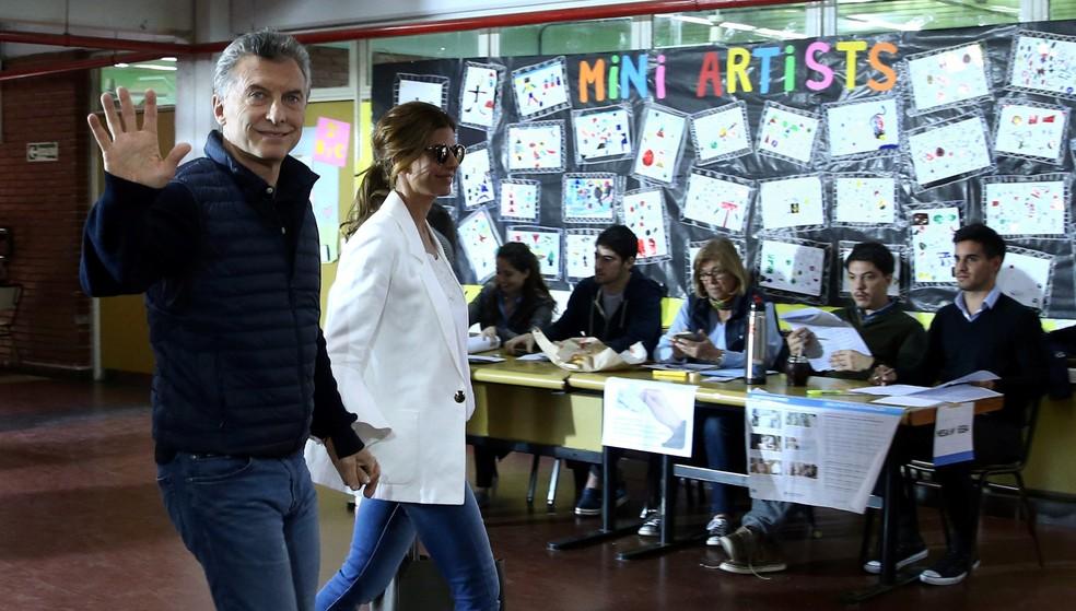Mauricio Macri com a primeira-dama Juliana Awada após votar em Buenos Aires (Foto: REUTERS/Marcos Brindicci)