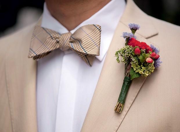 Foi-se o tempo em que o cravo reinava sozinho na lapela dos noivos. A florista Ana Malta criou uma boutonnìere com brotos de hortênsia, celósias, hipéricos e ásters (Foto: Iara Venanzi/Editora Globo)