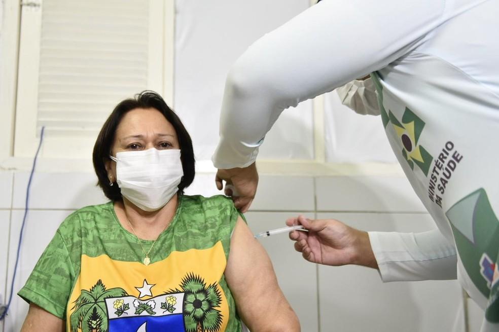 Governadora do Rio Grande do Norte, Fátima Bezerra (PT) é vacinada contra Covid-19 em Natal. — Foto: Elisa Elsie
