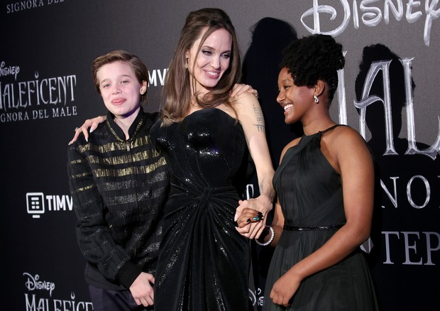 "ROME, ITALY - OCTOBER 07:  (L-R) Shiloh Nouvel Jolie-Pitt, Angelina Jolie and Zahara Marley Jolie-Pitt attend the European premiere of the movie ""Maleficent – Mistress Of Evil"" at Auditorium della Conciliazione on October 07, 2019 in Rome, Italy. (Photo b (Foto: Getty Images)"