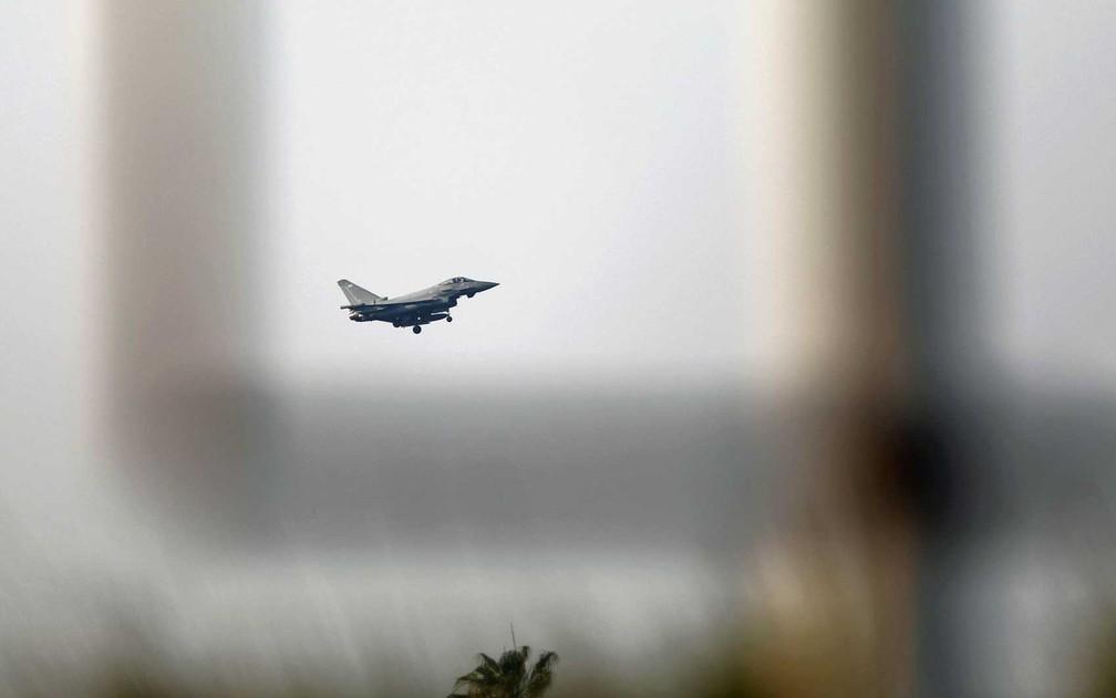 Caça da RAF se prepara para pousar em base militar que a Grã-Bretanha mantém em Chipre (Foto: Yiannis Kourtoglou / Reuters)