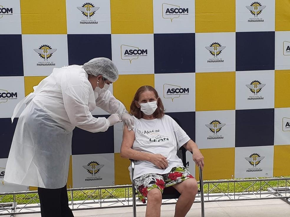 Idosos do Lar Espírita Alvorada Nova (Lean) são os primeiros vacinados de Parnamirim, RN — Foto: Julianne Barreto/Inter TV Cabugi