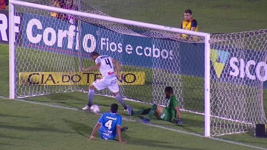 Briga de pernas: zagueiro do Operário-PR perde gol inacreditável; veja o vídeo
