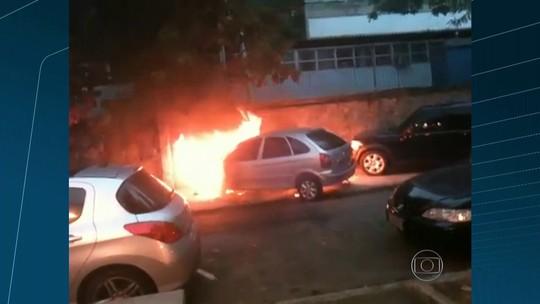 Carro pega fogo no Corte do Cantagalo, Zona Sul do Rio; veja vídeo