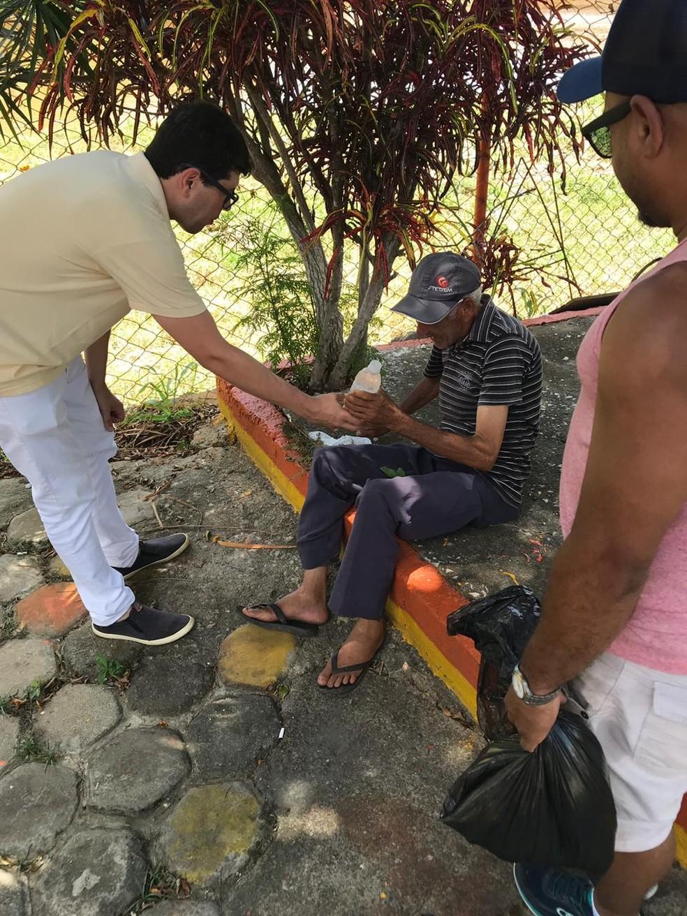Grupo de voluntários distribuiu água gelada nas ruas de Itaperuna, no RJ — Foto: Divulgação/Lente Aberta Comunicação
