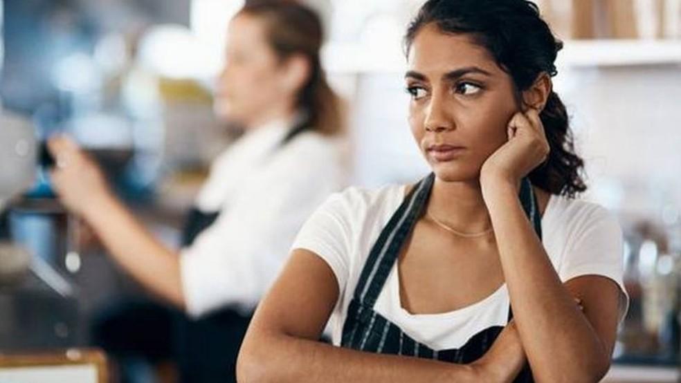 Sentir-se inseguro no local de trabalho - por qualquer motivo - é um motivador poderoso para demissões repentinas — Foto: Getty Images/BBC